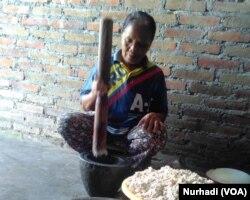 Proses produksi abon ikan di Sleman,Yogyakarta. (Foto:VOA/ Nurhadi)