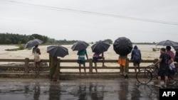 نیپالی باشندے کھٹمنڈو سے تین سو کلو میٹر دور ایک آبادی میں بارشوں سے ہونے والے نقصانات کا جائزہ لے رہے ہیں۔