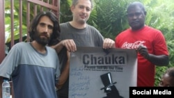 بهروز بوچانی (نفر سمت چپ) روزنامه نگار و مستند ساز ایرانی، در جزیره مانوس