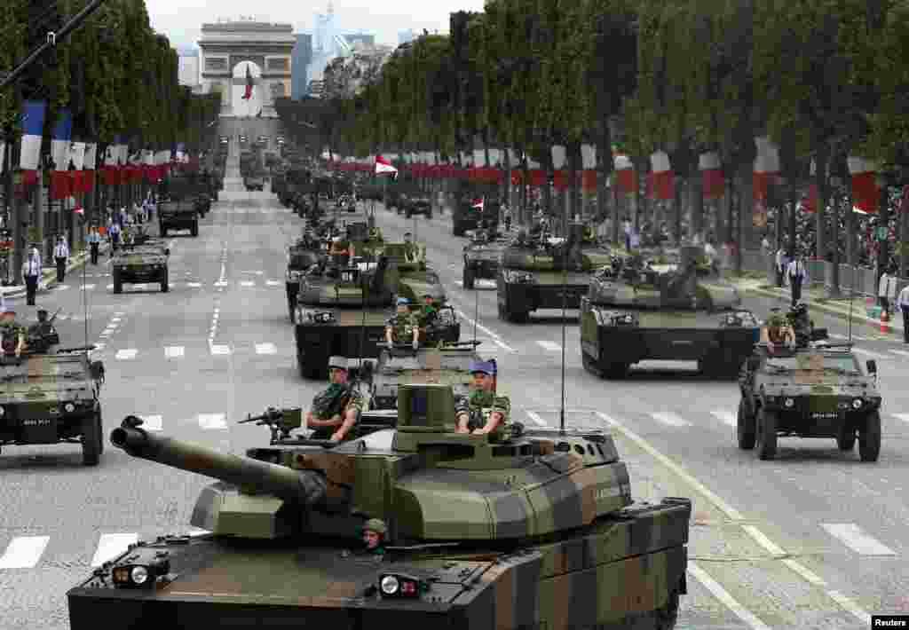 فرانس کے فوجی ٹینک کا دستہ سلامی دے رہا ہے۔