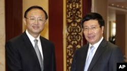 Chinese State Councilor Yang Jiechi, left, meets with Vietnamese Deputy Prime Minister Pham Binh Minh in Hanoi, Vietnam Monday Oct. 27, 2014. This is Yang's second visit to Vietnam since June in an effort to ease tension over the maritime disputes between the two communist neighbors (AP Photo/Tran Van Minh)
