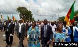 Militants du parti au pouvoir manifestant à Yaoundé contre la sécession du pays, dimanche 1er octobre 2017. (VOA/ E.J. Ntap)