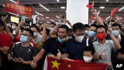 孟晚舟的支持者聚集在中国广东省深圳宝安国际机场庆祝她返回中国。(2021年9月25日)