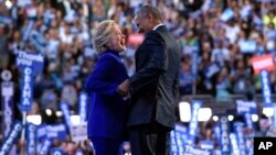 Predsjednik Obama na bini predsjedničkim kandidatom Demokratske stranke, Hillary Clinton