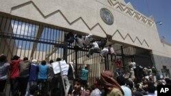 也門示威者爬上美國駐薩那的大使館的圍欄