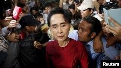 Aung San Suu Kyi arrive au bureau de vote à Rangoun, le 8 novembre 2015. (REUTERS/Jorge Silva)