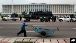 Des policiers en faction devant le siège du Parlement de la RDC, à Kinshasa, le 5 décembre 2011. (AP Photo/Jerome Delay)