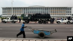 Des policiers en faction devant le Palais du Peuple, siège du Parlement de la RDC, à Kinshasa, lundi le 5 décembre 2011.