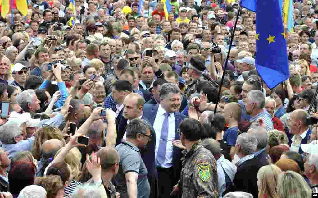 Ukrajinski predsednički kandidat Petro Porošenko na zboru sa svojim pristalicama u mestu Konotopu.