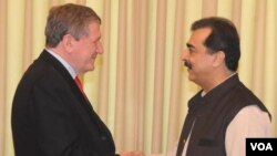 Utusan khusus AS Richard Holbrooke saat bertemu PM Pakistan, Yusuf Raza Gillani di Islamabad, 19 Juni 2010.