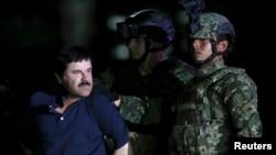 """Joaquin """"El Chapo"""" Guzman est escorté par des soldats dans un hangar appartenant au bureau du procureur général de Mexico, au Mexique, le 8 janvier 2016. (Reuters)"""