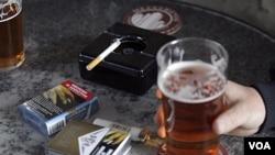 Peringatan pemerintah mengenai bahaya merokok bagi kesehatan terpampang jelas di kotak pembungkus rokok yang tergeletak di sebuah pub lokal di Sidney, Australia (Foto: dok).
