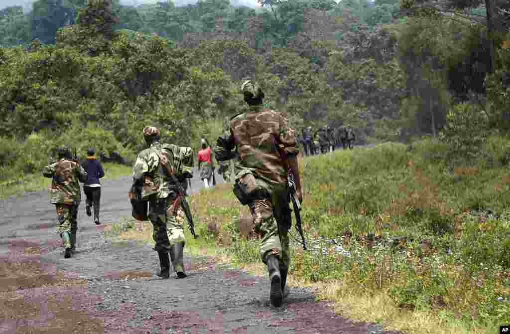 A column of Congolese M23 rebels on the Goma to Rushuru road, north of Goma, DRC, November 27, 2012.