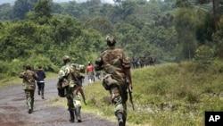 Des rebelles du M23 sur la route Goma-Rutshuru, le 27 nov. 2012