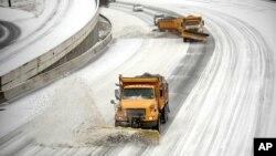 Xe ủi tuyết trên đường cao tốc xuyên bang 75/85 ở Atlanta, ngày 12/2/2014.