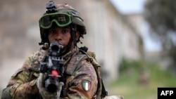 Un soldat de l'armée italienne participe à un exercice militaire dans un camp d'entraînement à Tarquinia, près de Rome, le 21 mai 2018.