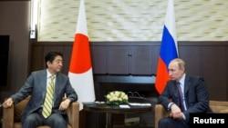 블라디미르 푸틴(오른쪽) 러시아 대통령과 아베 신조 일본 총리가 지난 5월 러시아 소치에서 만나 정상회담을 진행하고 있다. (자료사진)