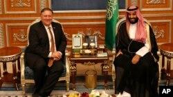 Menlu AS Mike Pomepo (kiri) saat bertemu Putra Mahkota Arab Saudi Mohammed bin Salman di Riyadh, Oktober tahun lalu.