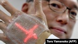 L'écran d'un millimètre d'épaisseur développé par le professeur Someya peut recevoir des messages. Photo prise à l'Université de Tokyo le 14 février 2018.