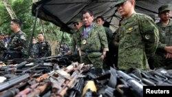 Presiden Filipina Rodrigo Duterte memeriksa senjata api bersama dengan Kepala Angkatan Bersenjata Filipina Eduardo Ano dalam kunjungannya ke kamp militer di Marawi city, selatan Filipina. Pengamat terorisme UI Ridwan Habib mengatakan terdapat bukti adanya jaringan Marawi di Filipina selatan yang terhubung dengan kelompok-kelompok pro-ISIS di Indonesia
