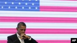 El presidente Barack Obama escucha la traducción simultánea durante la Cumbre Empresarial.