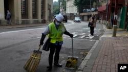 香港环卫工人正清扫街道