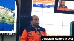 Kepala Pusat Data Informasi dan Humas BNPB Sutopo Purwo Nugroho di Graha BNPB, Jakarta, Sabtu, 16 Desember 2017.(VOA/Andylala Waluyo)