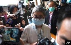 Aktivis dan pengacara pro-demokrasi Margaret Ng tiba di pengadilan di Hong Kong, Jumat, 16 April 2021.