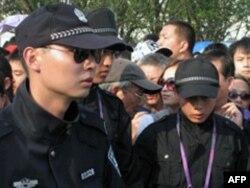 安保人员奋力维持秩序
