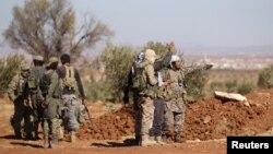 지난달 26일 시리아 반군들이 ISIL이 점령한 알-바브로 진격하기 위해 준비하고 있다. (자료사진)