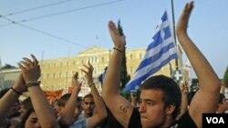 Para demonstran di ibukota Athena memprotes langkah-langkah penghematan pemerintah di depan gedung parlemen Yunani (23/6).