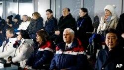 អនុប្រធានាធិបតីអាមេរិក លោក Mike Pence (ទី២ពីស្តាំ) ក្នុងពិធីបើកសម្ពោធកីឡាអូឡាំពិករដូវរងា ឆ្នាំ២០១៨ នៅទីក្រុង Pyeongchang ប្រទេសកូរ៉េខាងត្បូង នៅថ្ងៃទី៩ ខែកុម្ភៈ។
