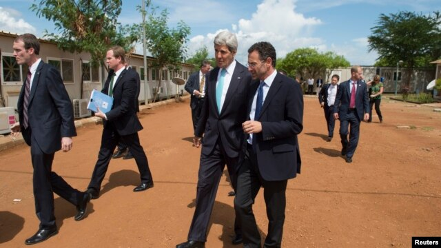 U.S. Secretary of State John Kerry walks alongside Toby Lanzer (R), deputy special representative at the United Nations Mission in South Sudan, between meetings at the UNMISS base in Juba May 2, 2014.