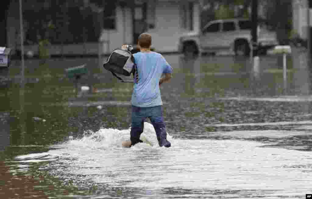 بارانهای سیل آسا در ایالت میسی سی پی در جنوب آمریکا موجب آب گرفتگی خیابان ها شده است.