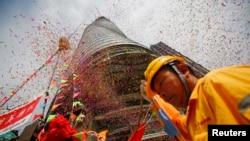3일 상하이 타워 건설 현장에서 골조공사 완료를 기념하는 행사가 열리고 있다.