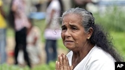 A Sri Lankan tsunami survivor weeps as she places offerings at a mass grave where her relatives were buried, during the commemoration of 2004 tsunami victims in Peraliya, Sri Lanka, (File)