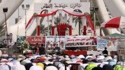 معترضان در میدان لوءلوء منامه در حال برگزاری نماز