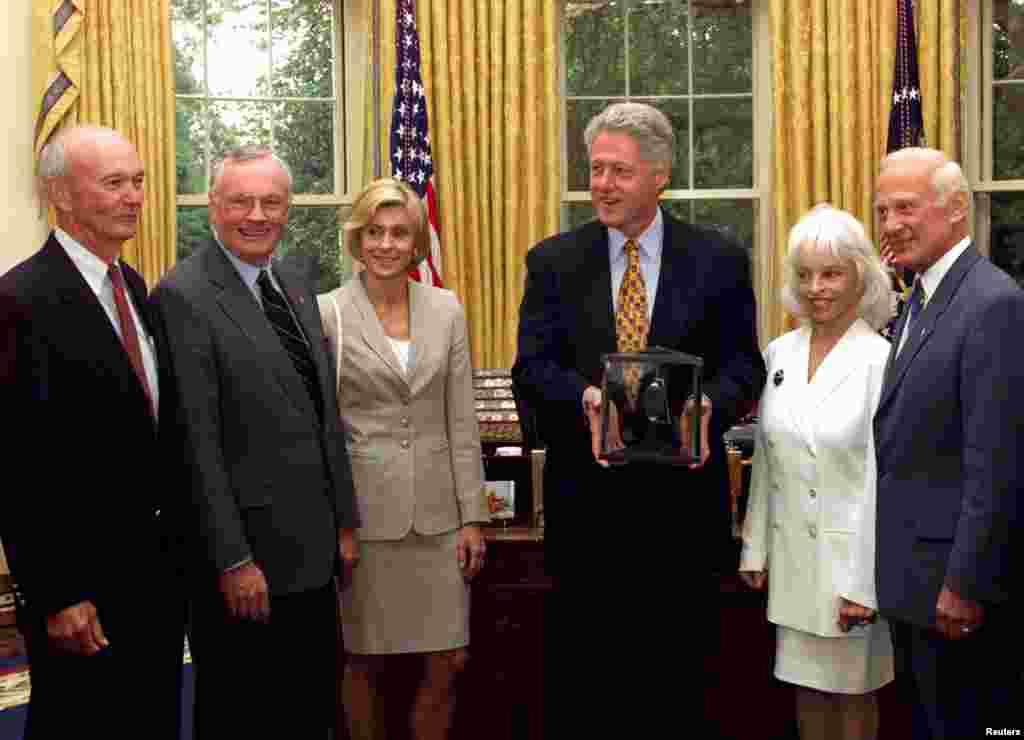 На этом фото – Нил Армстронг с его второй женой Кэрол, а также астронавты Майкл Коллинз и Базз Олдрин с супругой Луис на приеме у президента США Билла Клинтона. Во время приема в 1999 году астронавты подарили Клинтону лунный камень.  После лунной программы Армстронг заявил, что не планирует возвращаться в космос. Из НАСА он, тем не менее, не ушел: астронавт был назначен заместителем помощника администратора по аэронавтике Управления перспективных исследований и технологий.