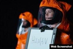 «ایمی ادمز» در فیلم «ورود» از «دنیس ویله نوو»