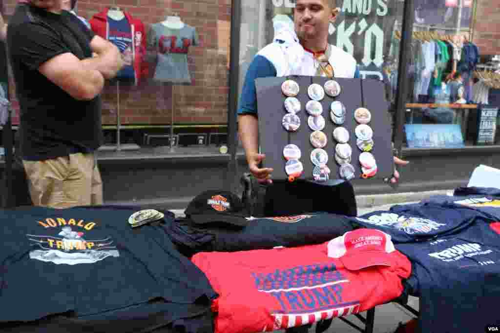 فروش لباس های تبلیغاتی و با عکس و شعار در آمریکا متداول است.