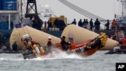 """韩国救援人员4月22日继续搜寻""""岁月号""""渡轮失踪人员"""