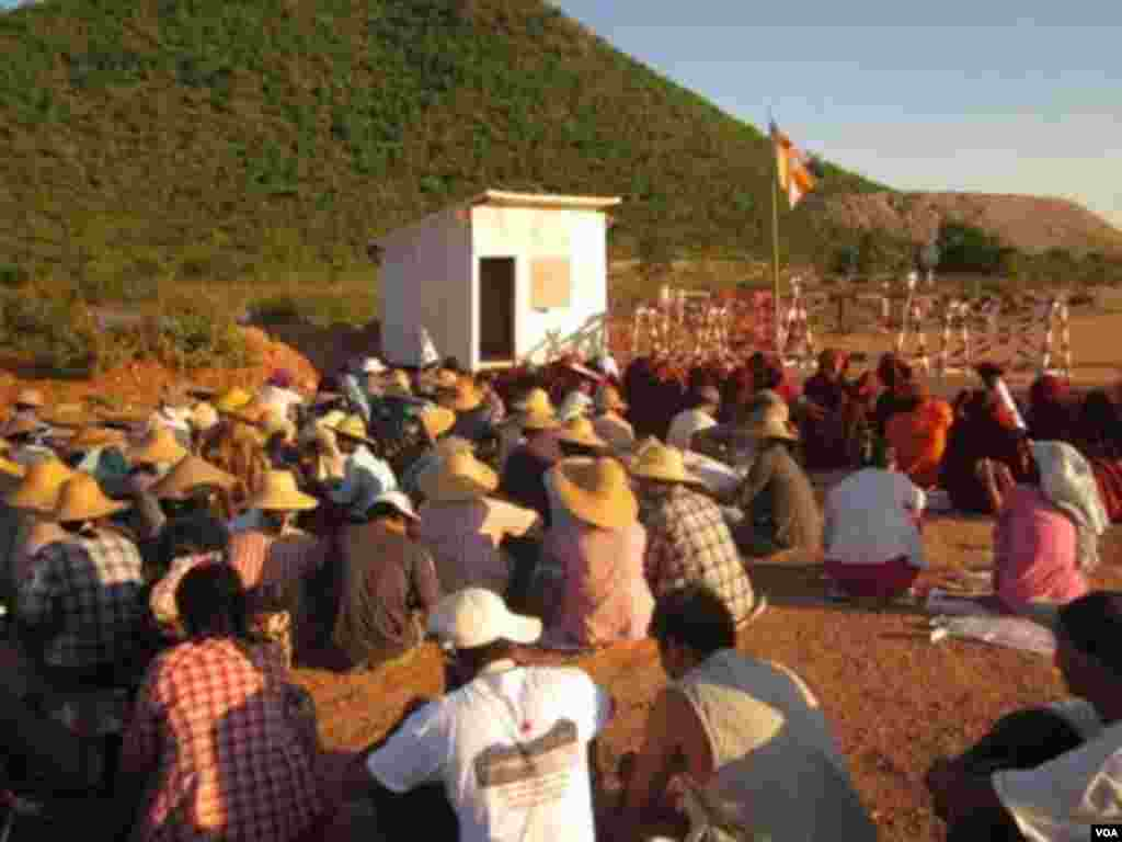 Protesters at a Chinese-backed copper mine, Monywa, Burma, November 22, 2012. (VOA Burmese Service)