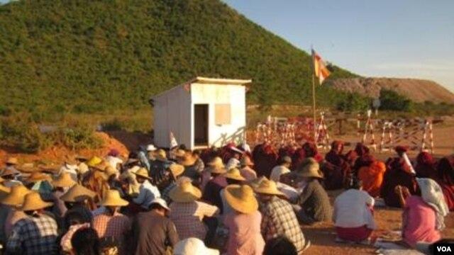 Burmese protesters at a Chinese-backed copper mine, Monywa Burma, November 22, 2012. (VOA Burmese Service)