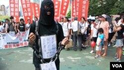 網民黑影的裝扮諷刺當局推行國民教育箝制學生思想自由