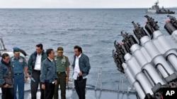 Tổng thống Indonesia Joko Widodo và quan chức Indonesia trên một tàu chiến tại quần đảo Natuna.