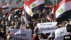 ათასობით ეგვიპტელი კვლავ თაჰრირის მოედანზე დგას
