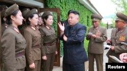 북한 김정은 국방위원회 제1위원장이 인민군 제405부대를 방문, 시찰하고 있다고 조선중앙통신이 21일 보도했다.