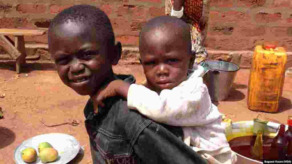 Un enfant déplacé en porte un autre sur le dos dans la paroisse Begoua, près de Bangui, République Centrafricaine, 4 avril 2014. (Bagassi Koura/VOA).
