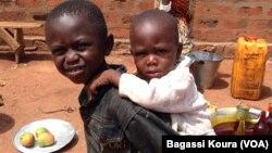 Les enfants déplacés dans la paroisse de Begoua, près de Bangui, en République Centrafricaine, le 4 Avril 2014, photo Bagassi Koura, VOA.