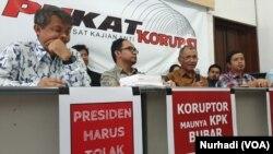 Jokowi diminta mengambil langkah memperkuat bukan memelahkan KPK. (Foto:VOA/Nurhadi)
